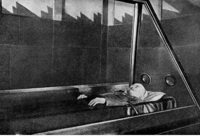 История покушений на саркофаг вождя. Что произошло 14 июля? 14 июля 1960 года житель города Фрунзе К. Н. Минибаев при посещении Мавзолея совершил нападение на саркофаг Ленина.