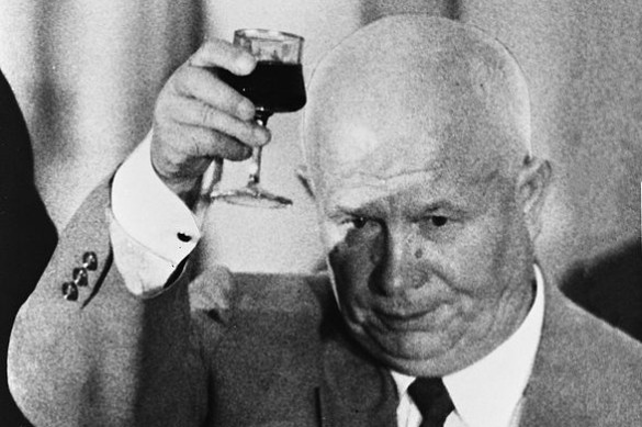 Как Хрущев напугал американцев: вселяющая страх мать Кузьмы и тот самый ботинок