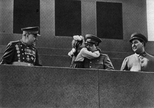"""От платья девочки с картины """"Первое мая"""" фанатичные советские поклонники отрезали лоскуты. Как сложилась судьба девочки, поцеловавшей Сталина на демонстрации?"""