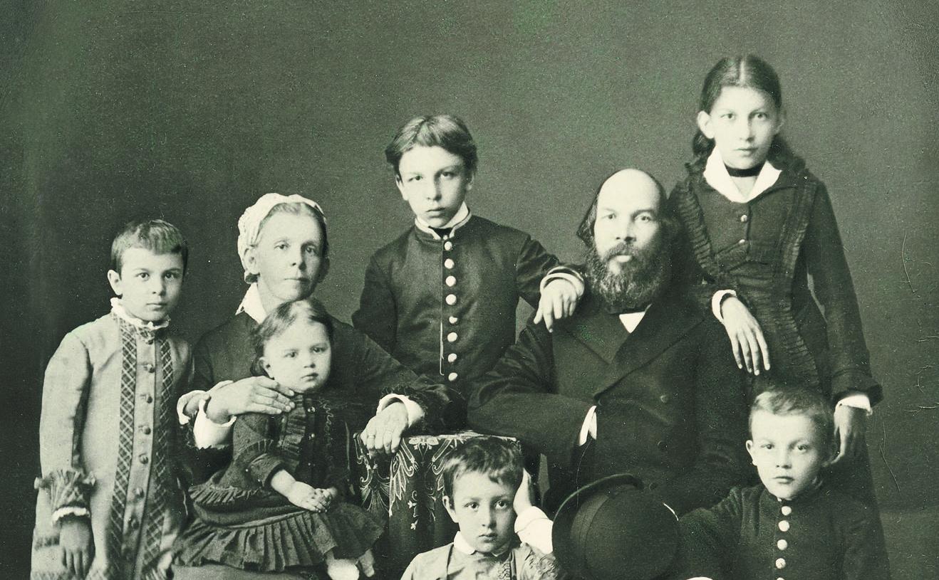 Семья Ульяновых. Слева направо: стоят – Ольга, Александр, Анна; сидят – Мария Александровна с младшей дочерью Марией, Дмитрий, Илья Николаевич, Владимир. Симбирск. 1879 год.